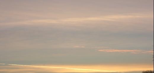 De zon gaat onder tussen chemtrails