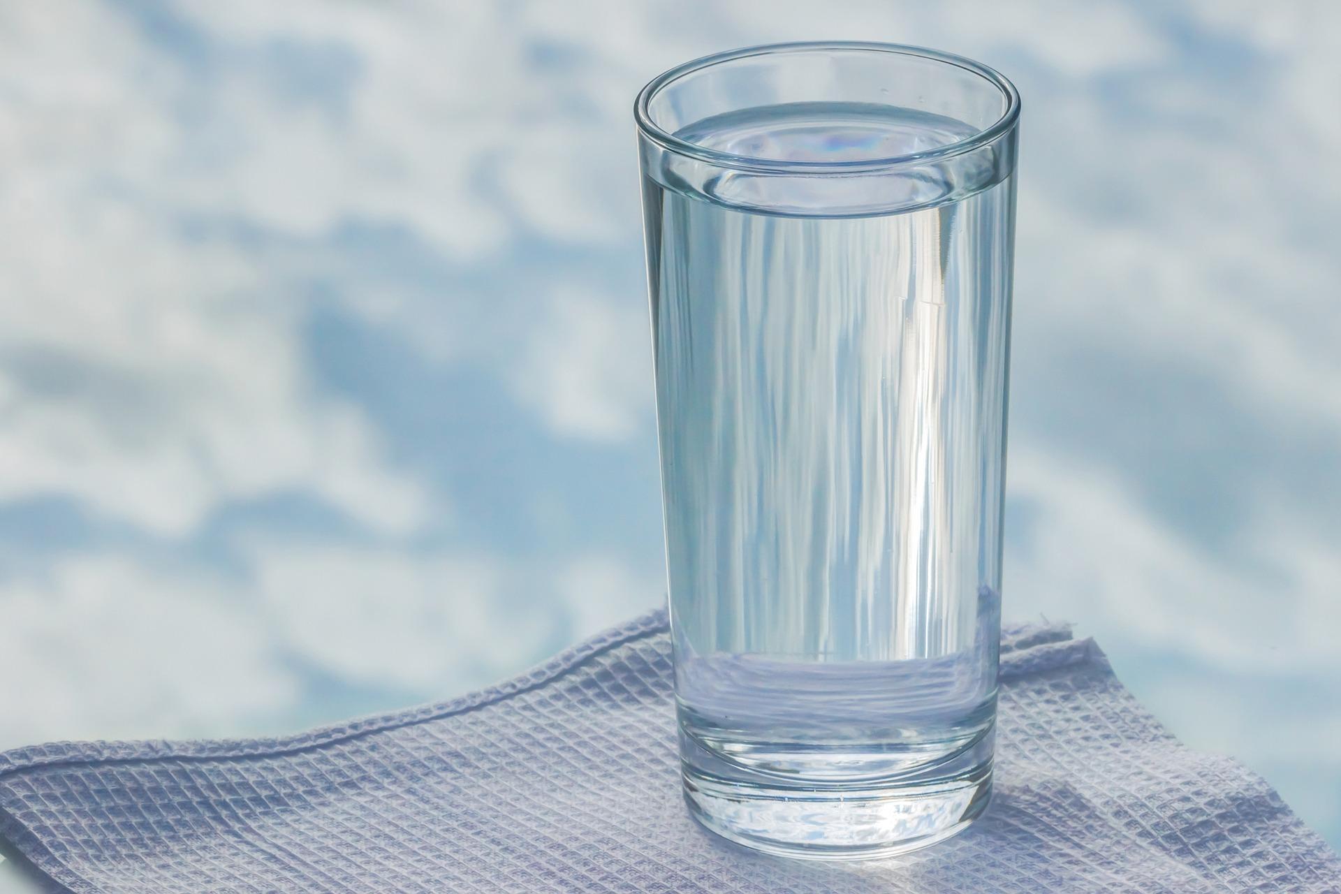 aluminium-ontgifting door silicium in mineraalwater
